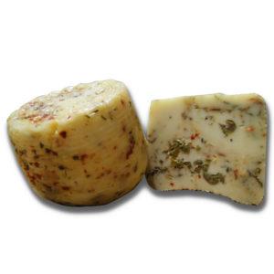 Formaggio pecorino fresco con erba cipollina olive peperoncino